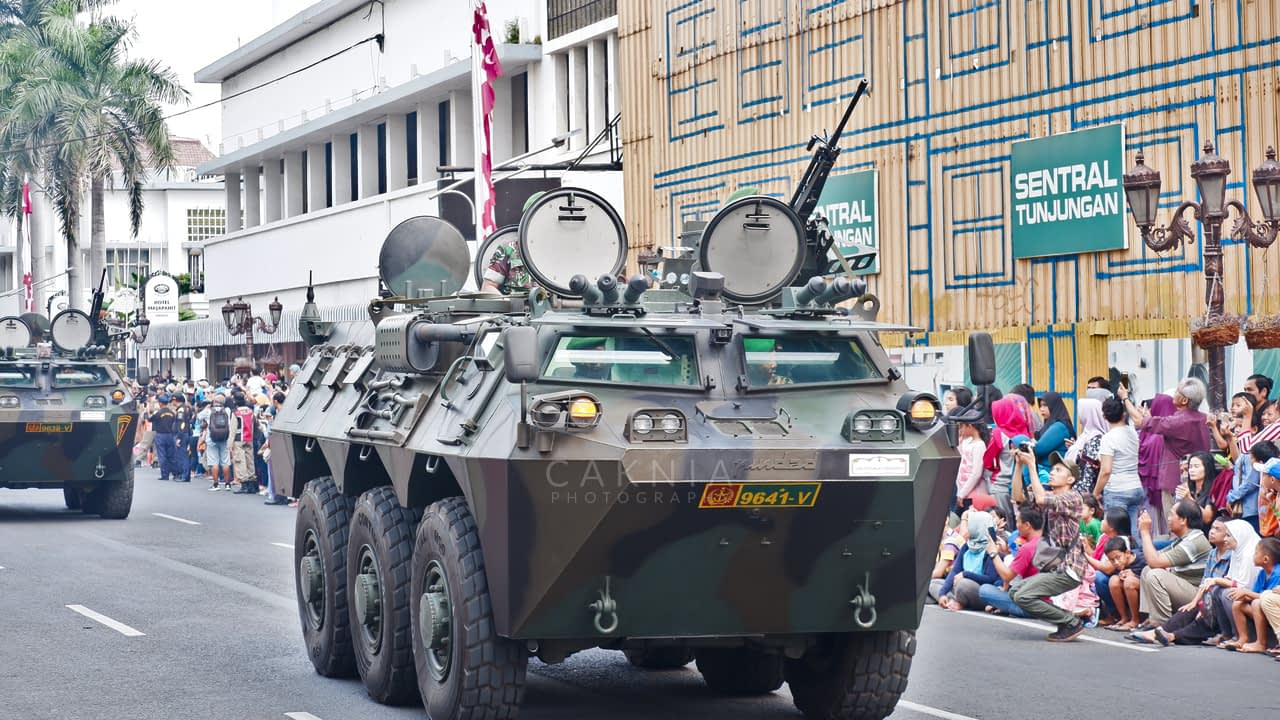 Tank Anoa berpartisipasi dalam Parade Juang
